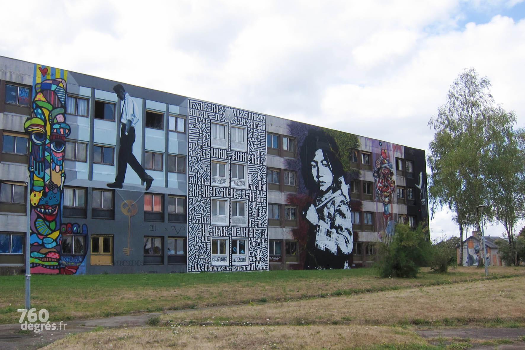"""Le personnage cubiste de BONA (Allemagne), suivi de """"Redescends !"""" de OJI & FVP (France), du labyrinthe au style très reconnaissable de KELKIN (France) et de l'impressionnant portrait réalisé par TED NOMAD (France), artiste originaire de Mâcon qui a passé plusieurs semaines à préparer puis à poser cette œuvre au pochoir d'une force remarquable."""