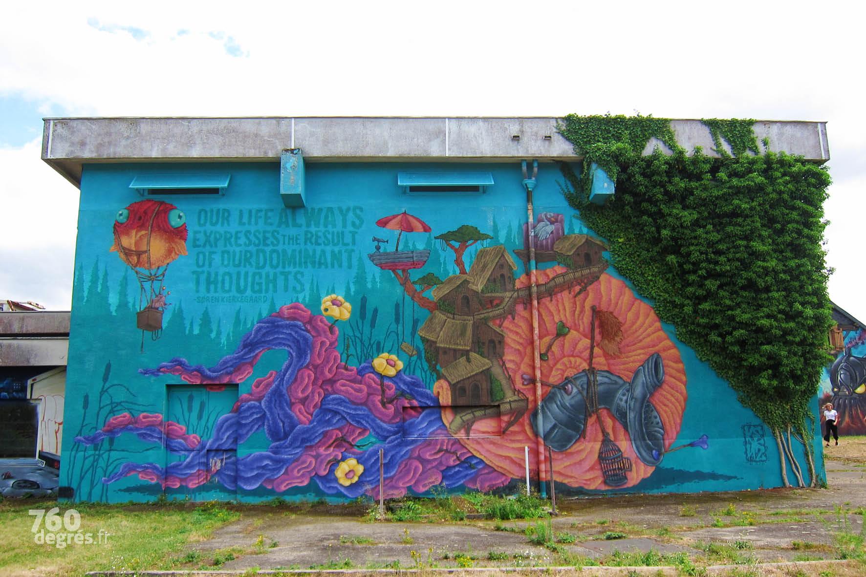 CARL KENZ (Allemagne) - En résidence à Lurcy-Levy, ce grand artiste d'outre-Rhin a passé cinq jours à peindre cette fresque immense, en intégrant totalement le lierre à sa création aquatique et aérienne.