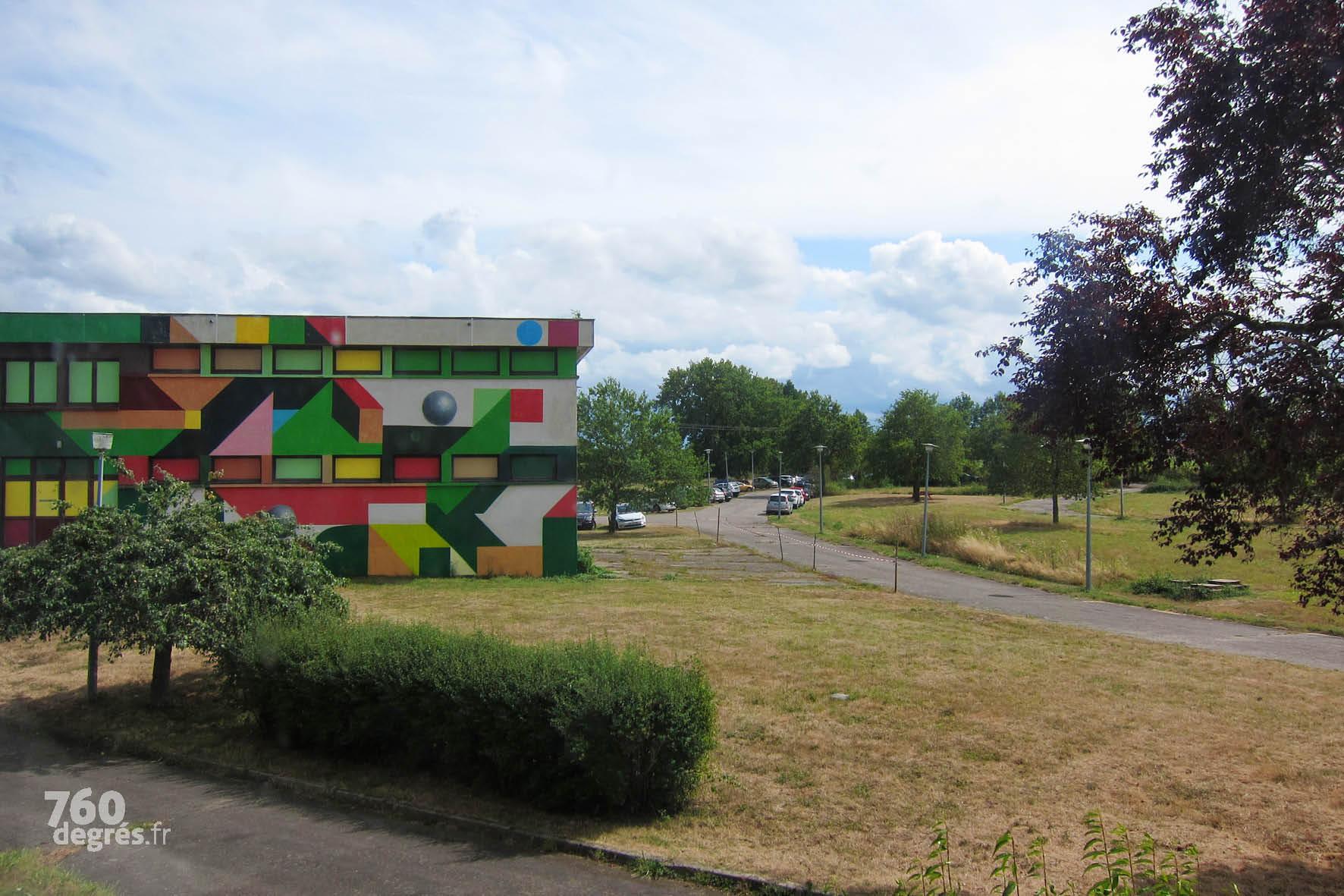 DEBENS (Espagne) - Fortement inspiré par le cubisme catalan, l'artiste espagnol a ici recouvert entièrement la façade d'une construction géométrique colorée.