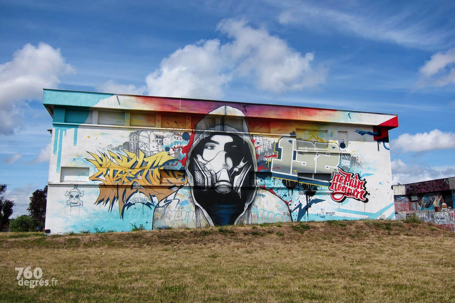 CREY ONE (France) - Tous les symboles du street art sont représentés dans cette œuvre d'un pionnier des années 80, vainqueur du prix du graffiti 2016 : le graffeur avec son sweat à capuche et son masque, les tags, les immeubles, le lettrage, le métro…