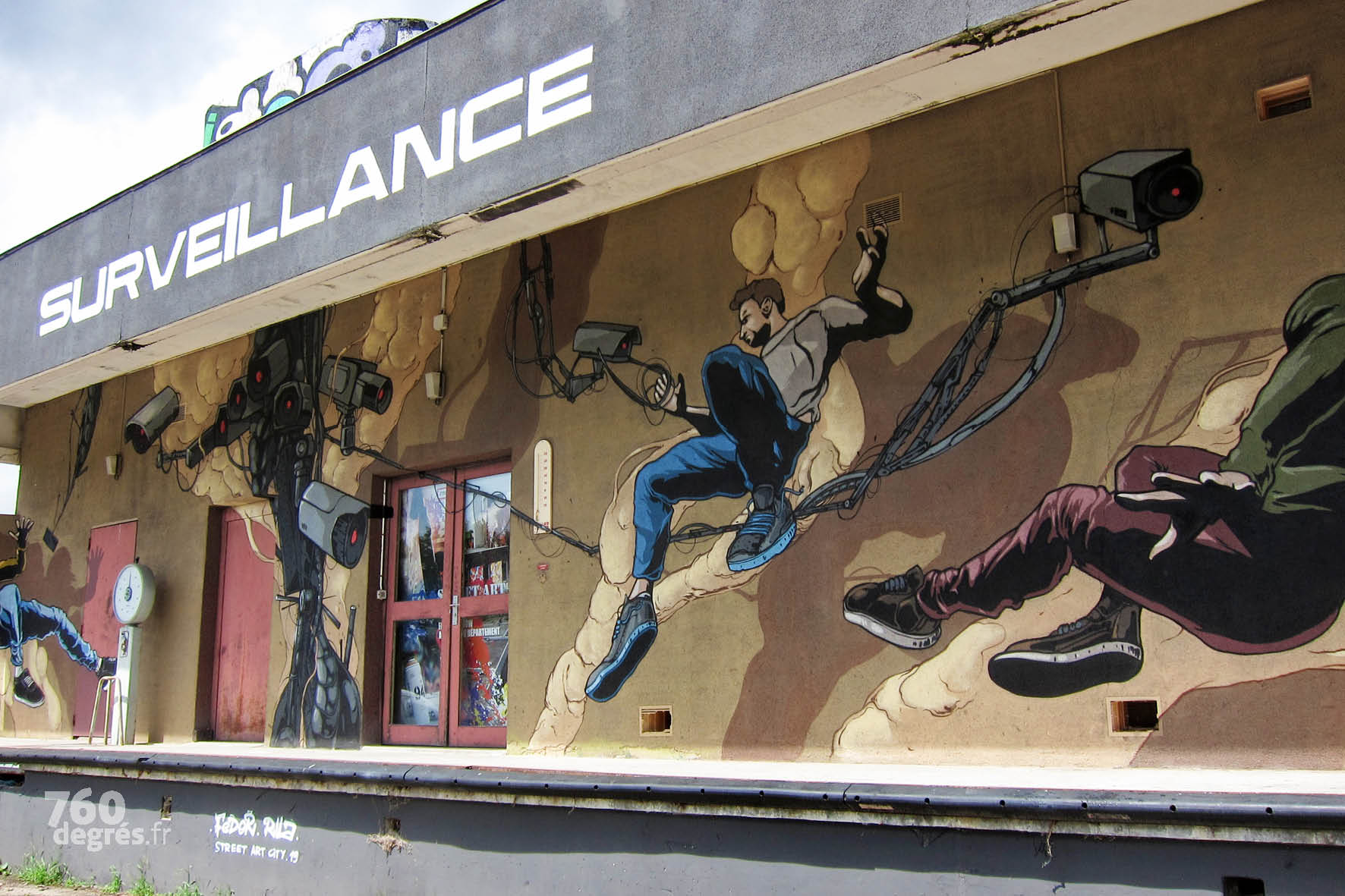 """FEDOR (France) """"Surveillance"""" - Dans un style rappelant la BD, l'artiste libère ses personnages de leurs """"chaînes"""" virtuelles en les plaçant en apesanteur dans l'espace."""